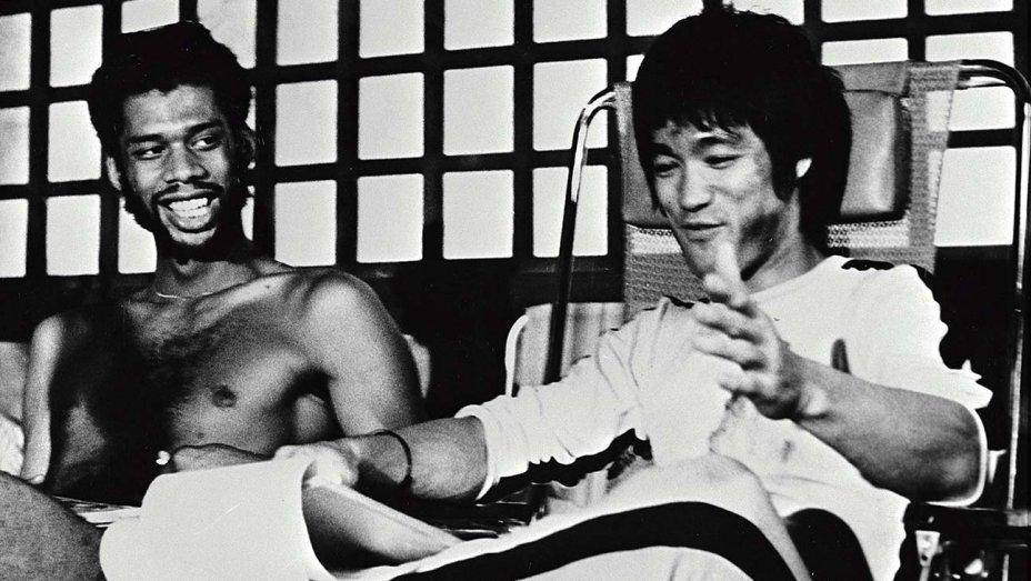 Абдул-Джаббар – мощнейший из киноврагов Брюса Ли. Он был его учеником и обвинил Тарантино в расизме после «Однажды в Голливуде»