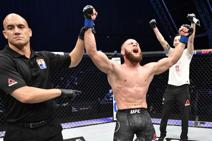 Боец UFC Рафаэль Физиев повторил во время боя трюк Нео из «Матрицы», видео