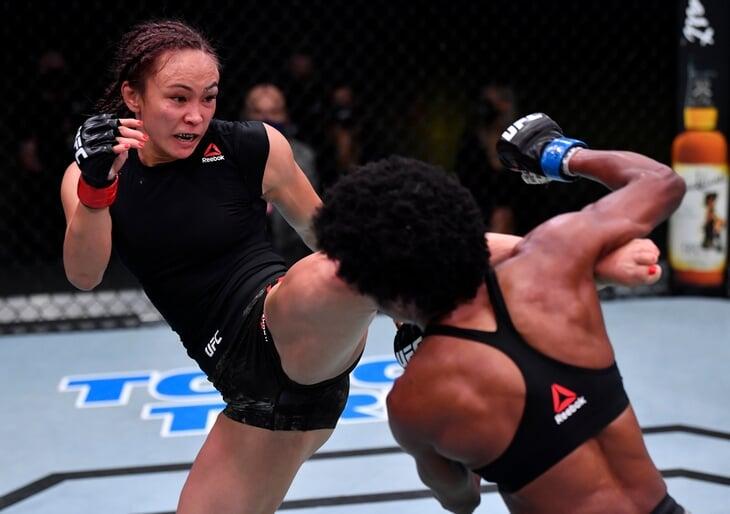 Впервые в главном бою вечера UFC дралась темнокожая девушка. В сумме с соперницей нанесли 639 ударов за 5 раундов
